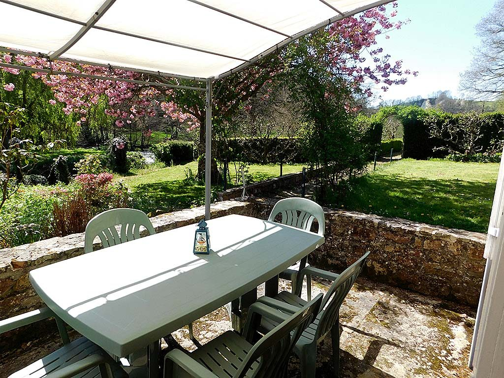 Self catering holiday cottages in Normandy Calvados Vire | gite du cadre solaire garden terrace
